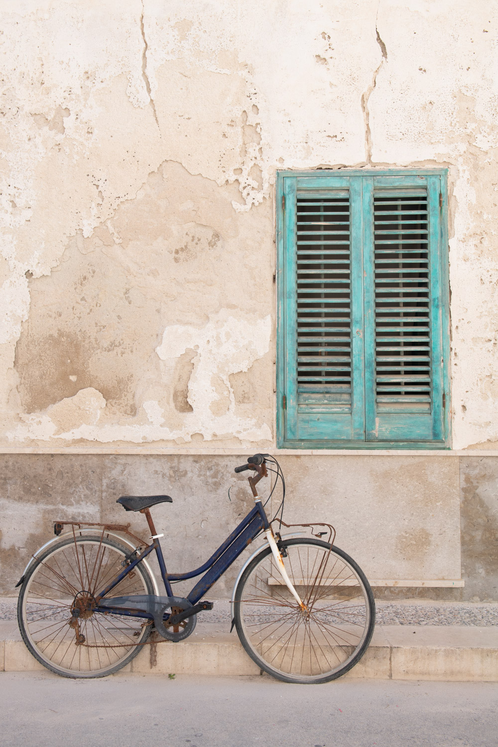 Morgan Ione | NYC + Chicago + Milwaukee Travel and Lifestyle Photographer - Bike on Favignana island